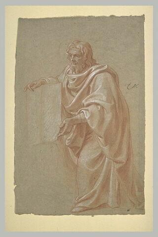 Homme drapé, debout, présentant un livre ouvert