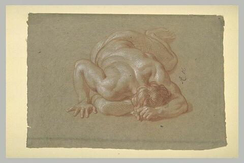 Homme demi-nu, allongé, la face contre terre
