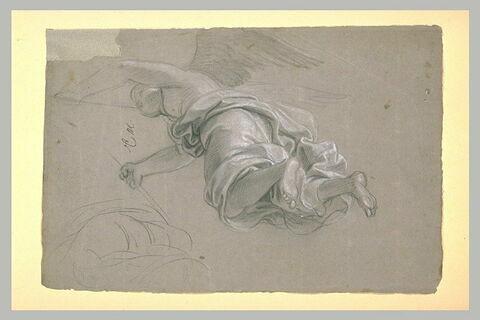 Femme ailée, drapée, volant vers la gauche