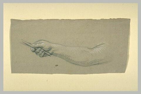 Bras droit, la main tenant un bâton