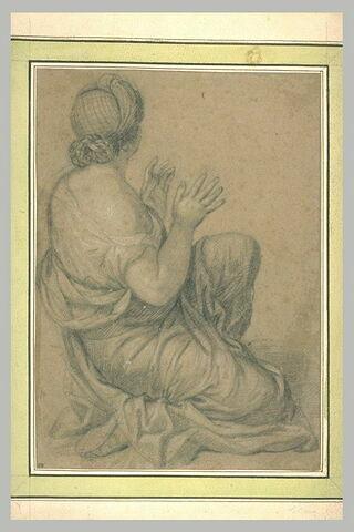 Femme de profil, un genou à terre