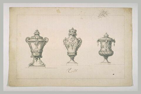Trois vases décoratifs
