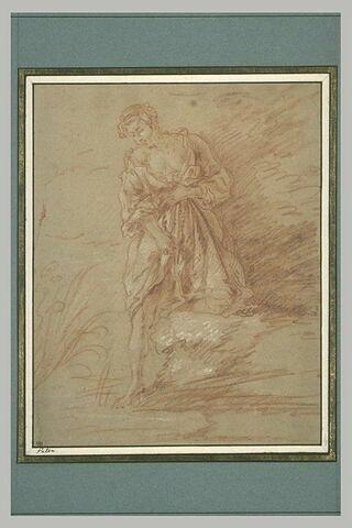 Femme trempant son pied droit dans l'eau