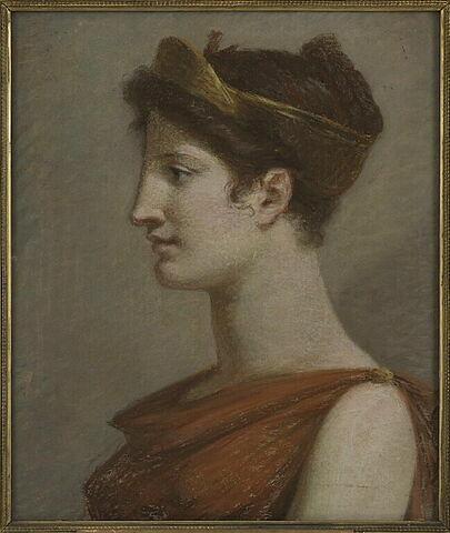 Femme en robe rouge, la tête ornée d'un diadème