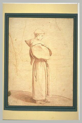 Un jeune franciscain debout, de profil, bras croisés sur la poitrine
