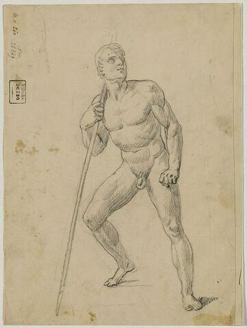 Un homme appuyé sur un bâton, la tête levée