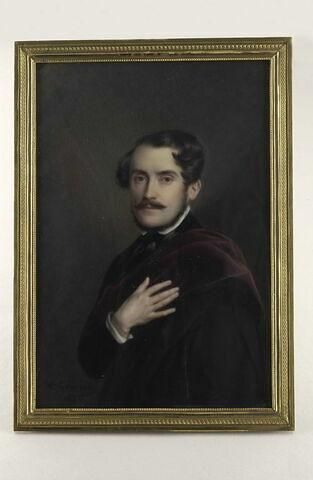Portrait d'homme drapé dans un manteau en velours grenat