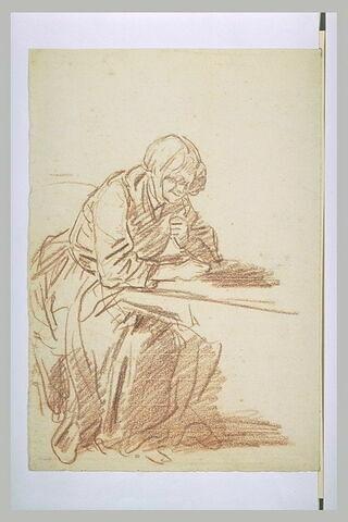 Vieille femme assise, appuyée sur une table, tournée vers la droite