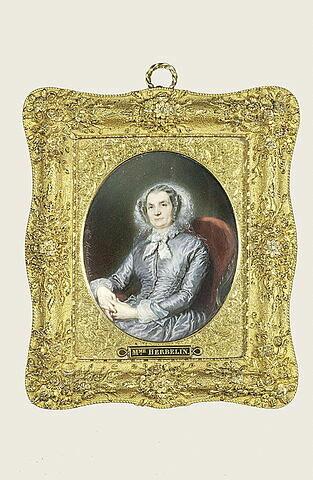Mme Andryane assise dans un fauteuil, âgée, les deux mains visibles.