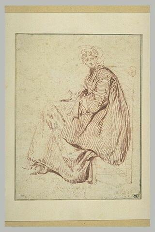 Une femme assise, tournée vers la gauche