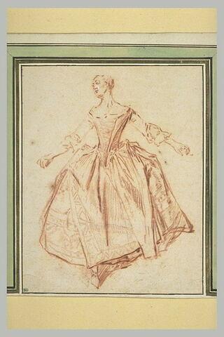 Jeune femme debout dansant les bras étendus