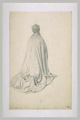 Femme agenouillée, couronnée et vêtue d'un grand manteau, vue de dos