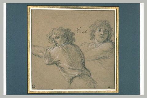 Deux jeunes garçons fuyant vers la gauche