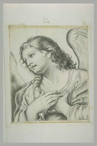 Buste d'ange, mains sur la poitrine