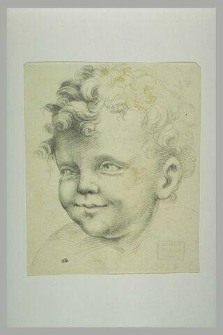 Tête d'enfant souriant, tournée vers la gauche