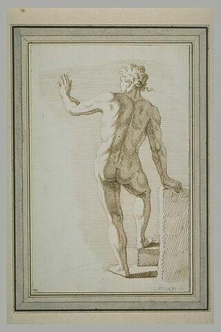 Homme nu, debout, de dos, appuyé sur une pierre, levant le bras gauche