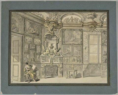 Femme assise dans un salon orné de tableaux