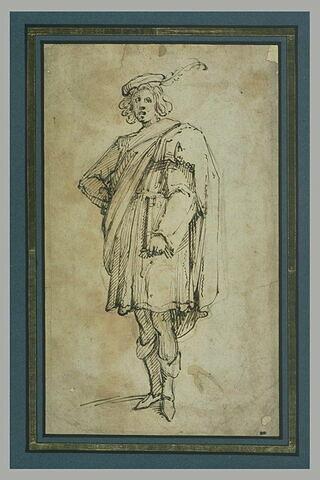 Homme debout, coiffé d'un bonnet toque à plume