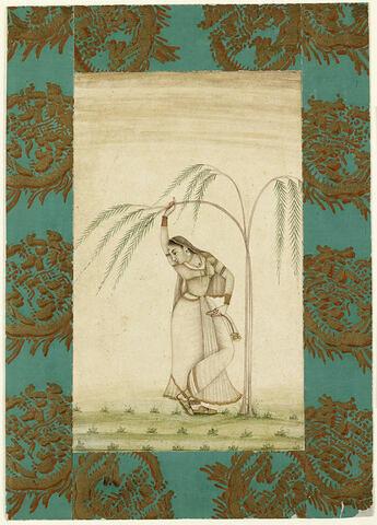 Femme indienne debout sous un saule pleureur