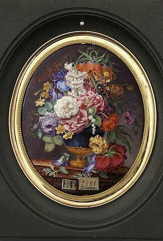 Vase de fleurs posé sur une table de marbre