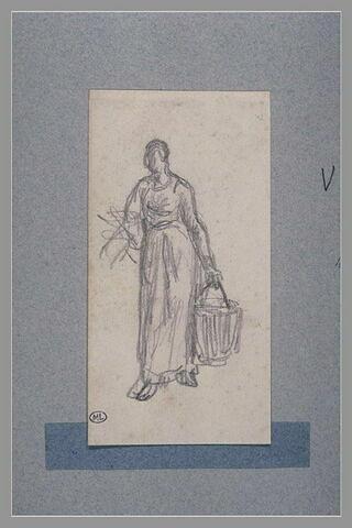 Femme portant un seau et un fagot