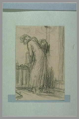 Une vieille femme, de profil à gauche, regardant par une fenêtre