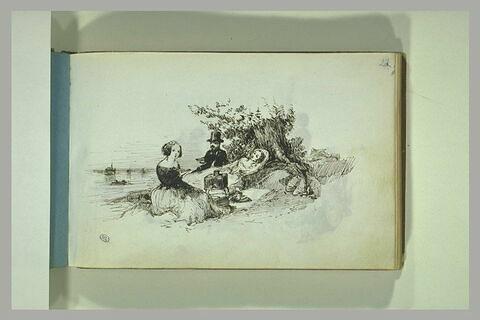 Couple avec une femme au bord d'une étendue d'eau, pique-niquant