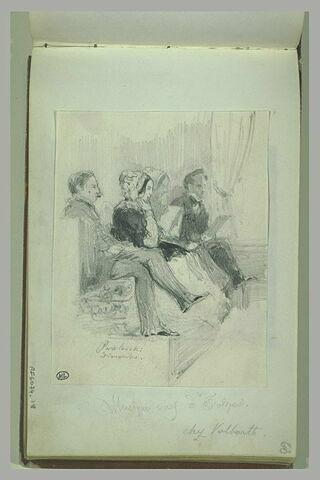 Quatre personnages, assis, sur une estrade
