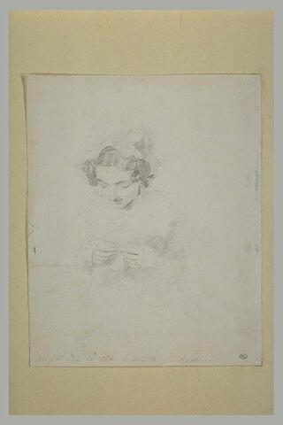 Jeune femme coiffée d'un bonnet et cousant