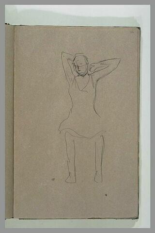 Jeune fille en chemise, assise, bras levés derrière la tête