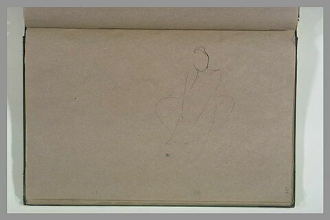 Femme agenouillée devant un meuble, regardant dans un tiroir