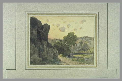 Vallon suivi par une rivière et bordé de rochers