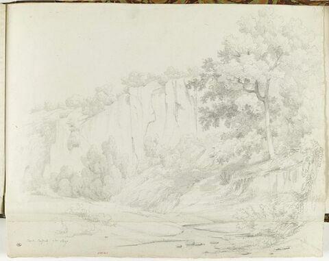 Civita Castellana : rivière au-dessous d'un grand rocher