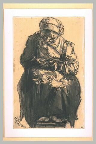 Vieille paysanne assise, de face, en train de coudre