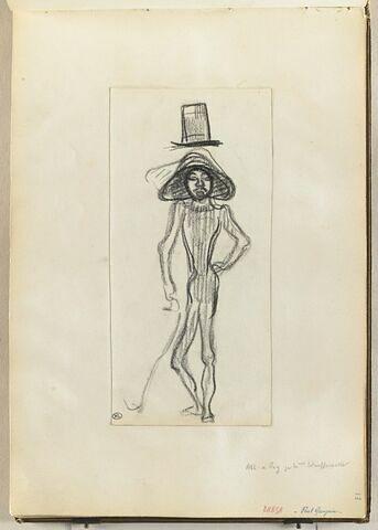 Homme très mince debout, de face, coiffé d'une sorte de chapeau colonial