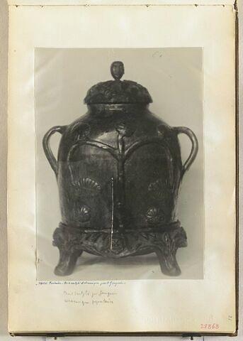 Un vase avec deux anses