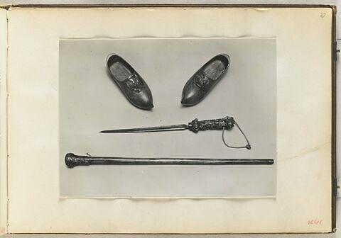 Deux sabots, un poignard, une canne
