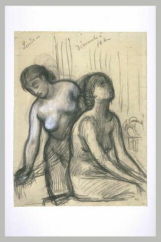Une femme coiffant une femme assise