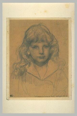 Portrait d'enfant aux cheveux longs et bouclés retombant sur ses épaules