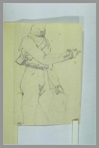 Corps d'un cavalier, debout, tendant le bras droit