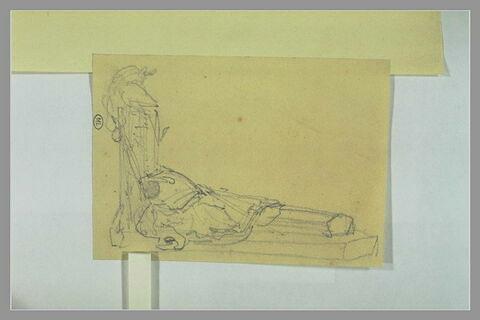 Cuirasse et tunique sur un cercueil