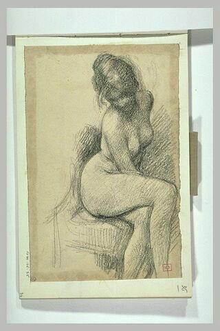 Femme nue, assise sur un fauteuil, le buste de face, jambes croisées