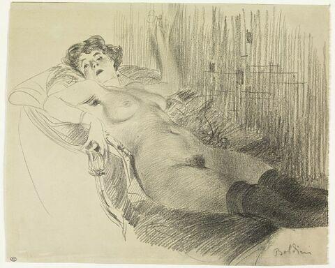 Femme nue, allongée sur un canapé, portant des bas noirs