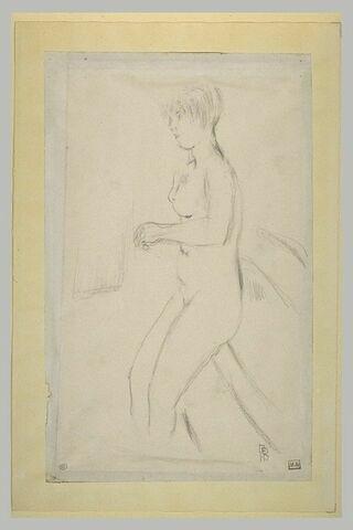 Femme nue, de profil à gauche, appuyée sur une baignoire