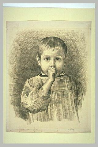 Enfant vu à mi-corps, de face, en blouse, suçant son pouce