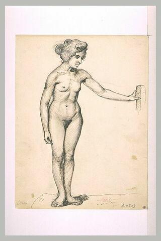 Femme nue, debout, coiffée avec un chignon