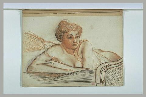 Jeune femme couchée sur le ventre