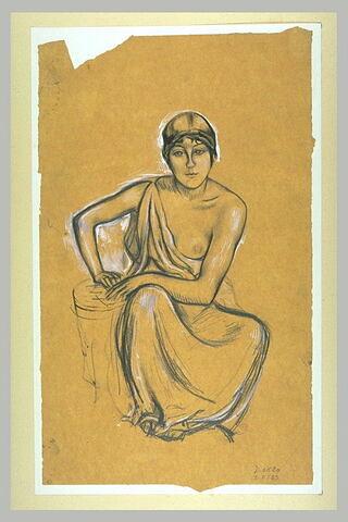 Femme assise de face, vêtue d'une tunique dégageant son épaule gauche, ...