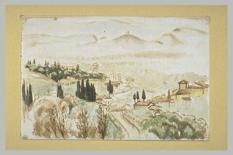 Au premier plan d'un paysage valloné, planté de cyprès, une route...