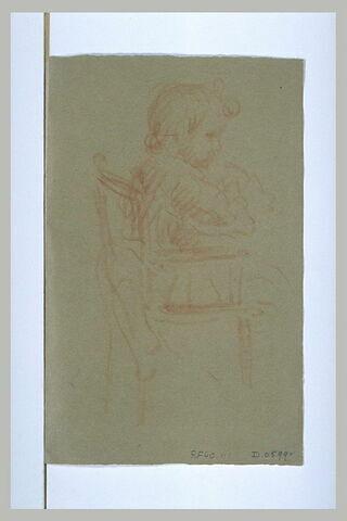 Jeune enfant assis sur une chaise haute, de profil